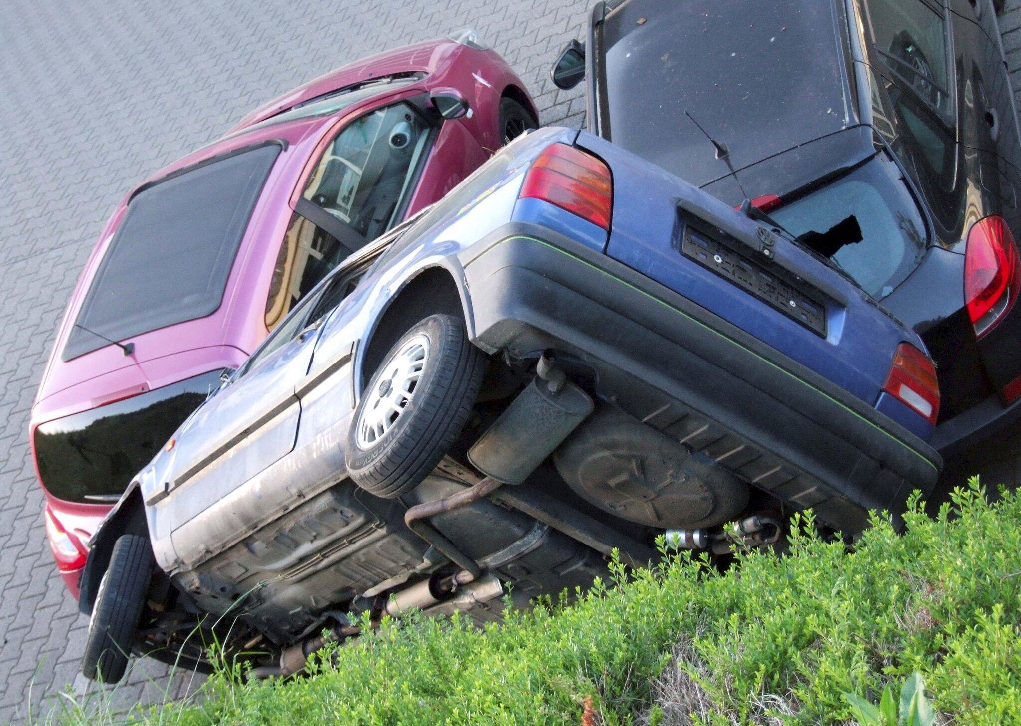 Bild zu Auto in ungewöhnlicher Lage