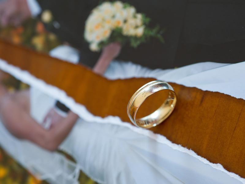 Bild zu Geteiltes Hochzeitsfoto und ein Ehering