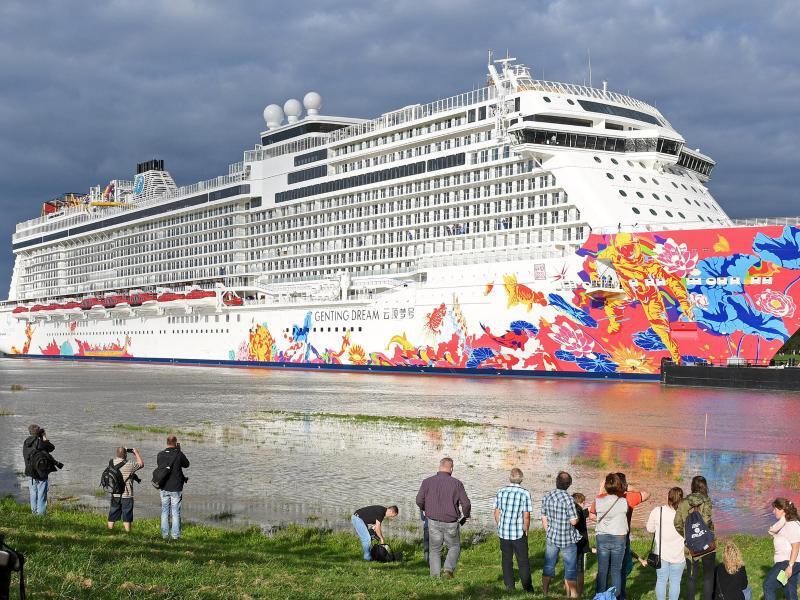 Bild zu Kreurfahrtschiff am Uferrand