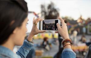 Frau macht Foto mit Kamera.