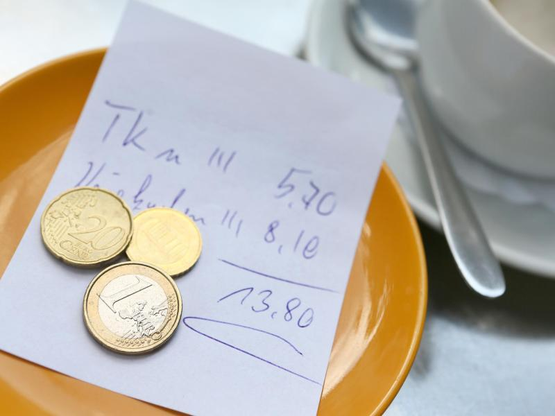 Bild zu Münzen liegen auf einem Teller
