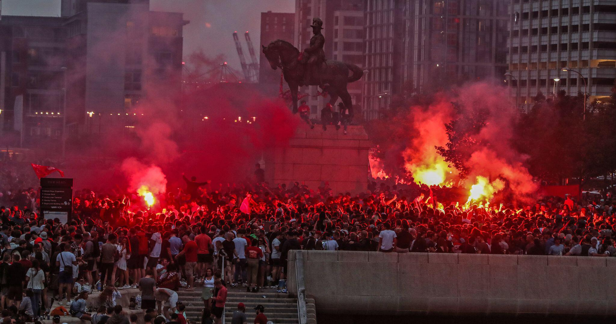 Bild zu Liverpool-Fans feiern Meisterschaft