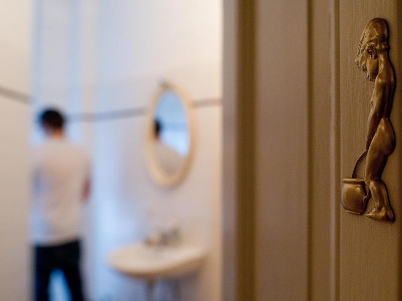 Bild zu Mann am Urinal