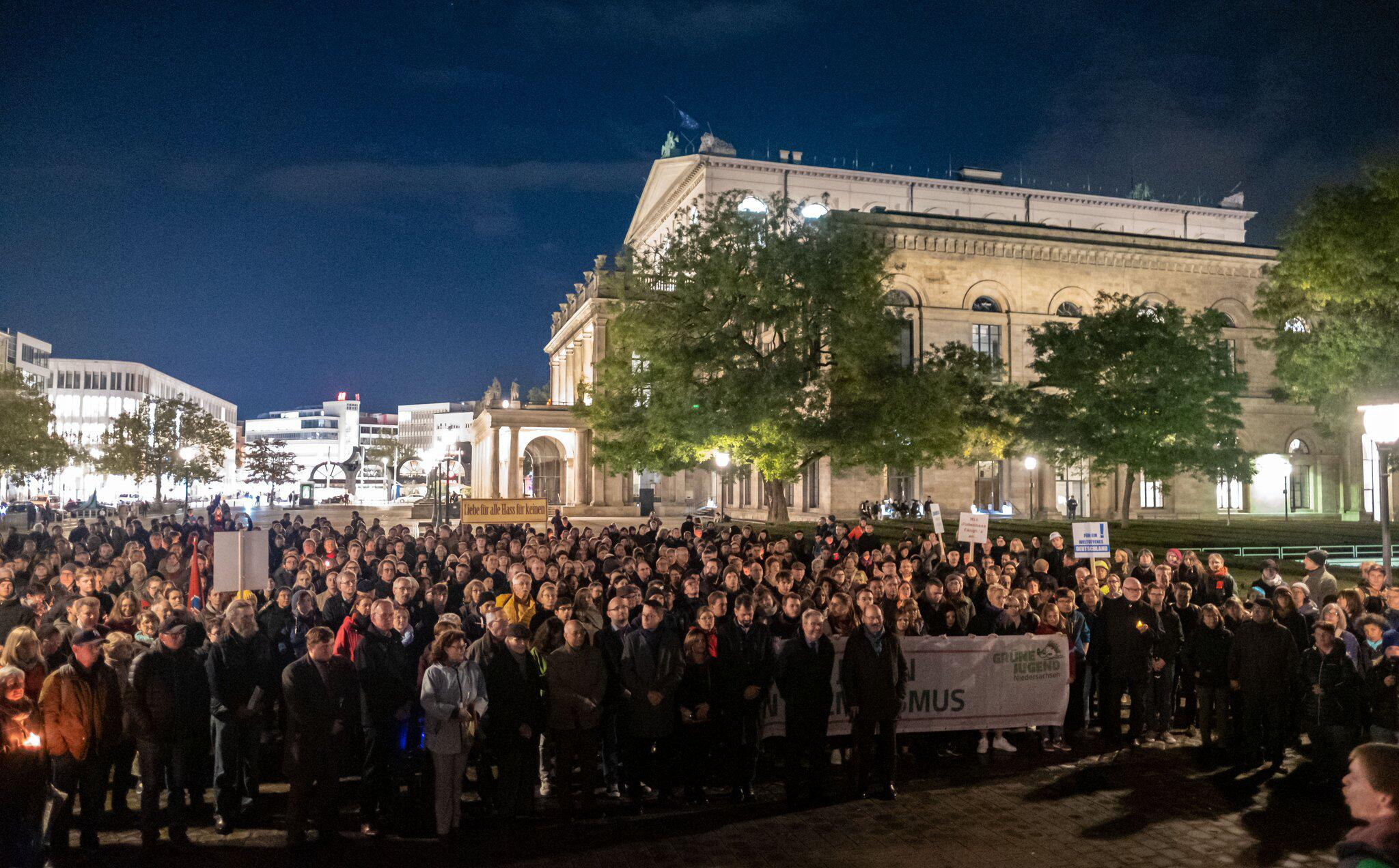 Bild zu Nach Angriff in Halle/Saale - Solidaritätskundgebung