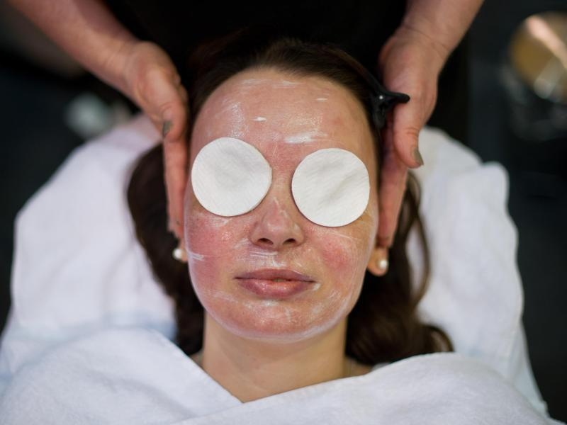 Bild zu Pflege einer roten Gesichtshaut