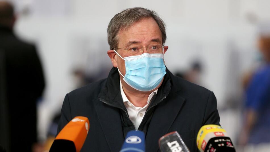Ministerpräsident Laschet besucht Impfzentrum in Aachen