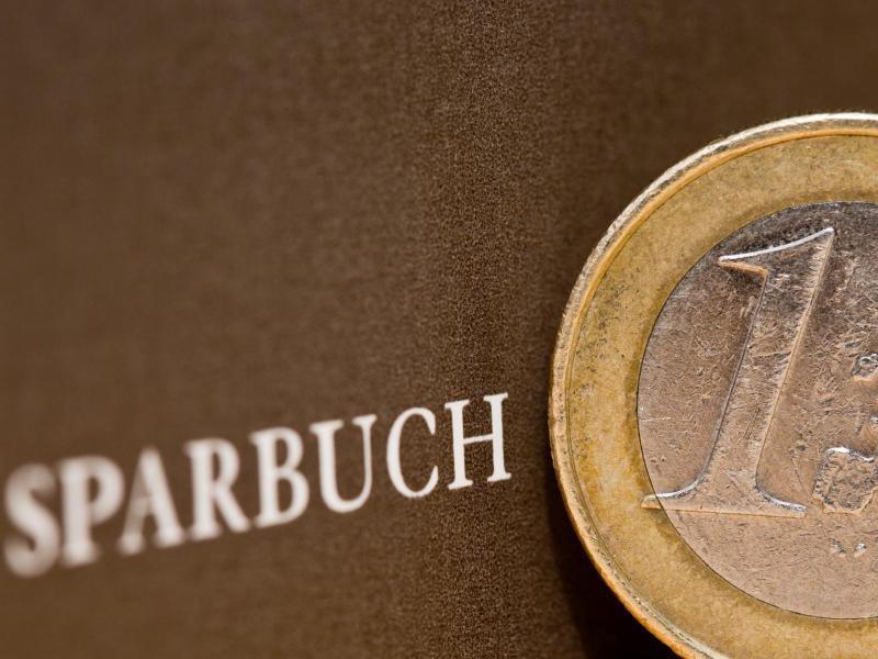 Bild zu Sparbuch mit Ein-Euro-Münze