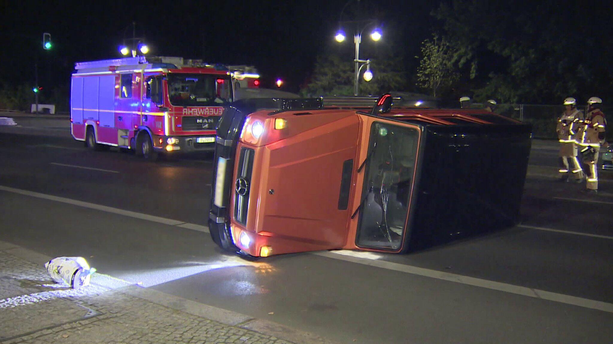 Bild zu SUV kippt nahe Brandenburger Tor auf Straße des 17. Juni um