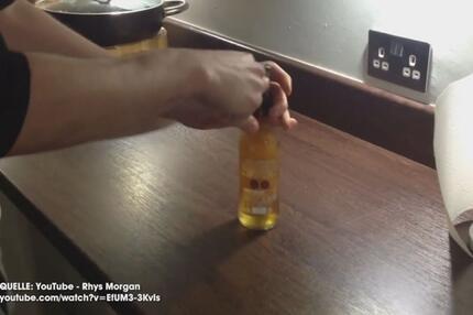 Mit einem Papier eine Bierflasche öffnen