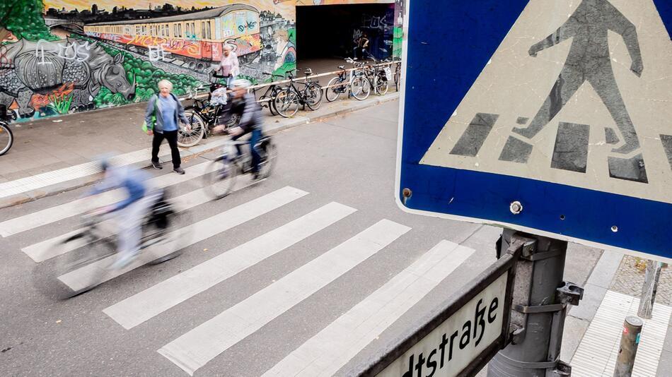 Radfahrer auf Zebrastreifen