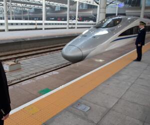 Bahnsteig und Zug mit Personal in China