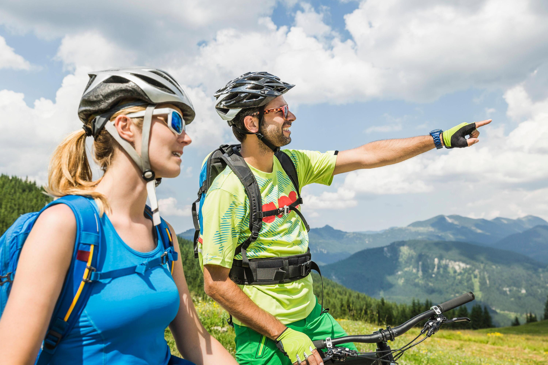 Bild zu Fahrradfahrer mit Helm