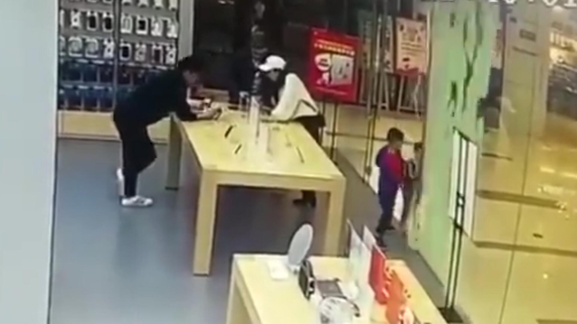 Bild zu Glastür zerbricht: kleiner Junge hat verdammt viel Glück