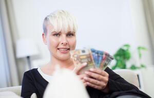 Eine Frau mit Geldscheinen in den Händen