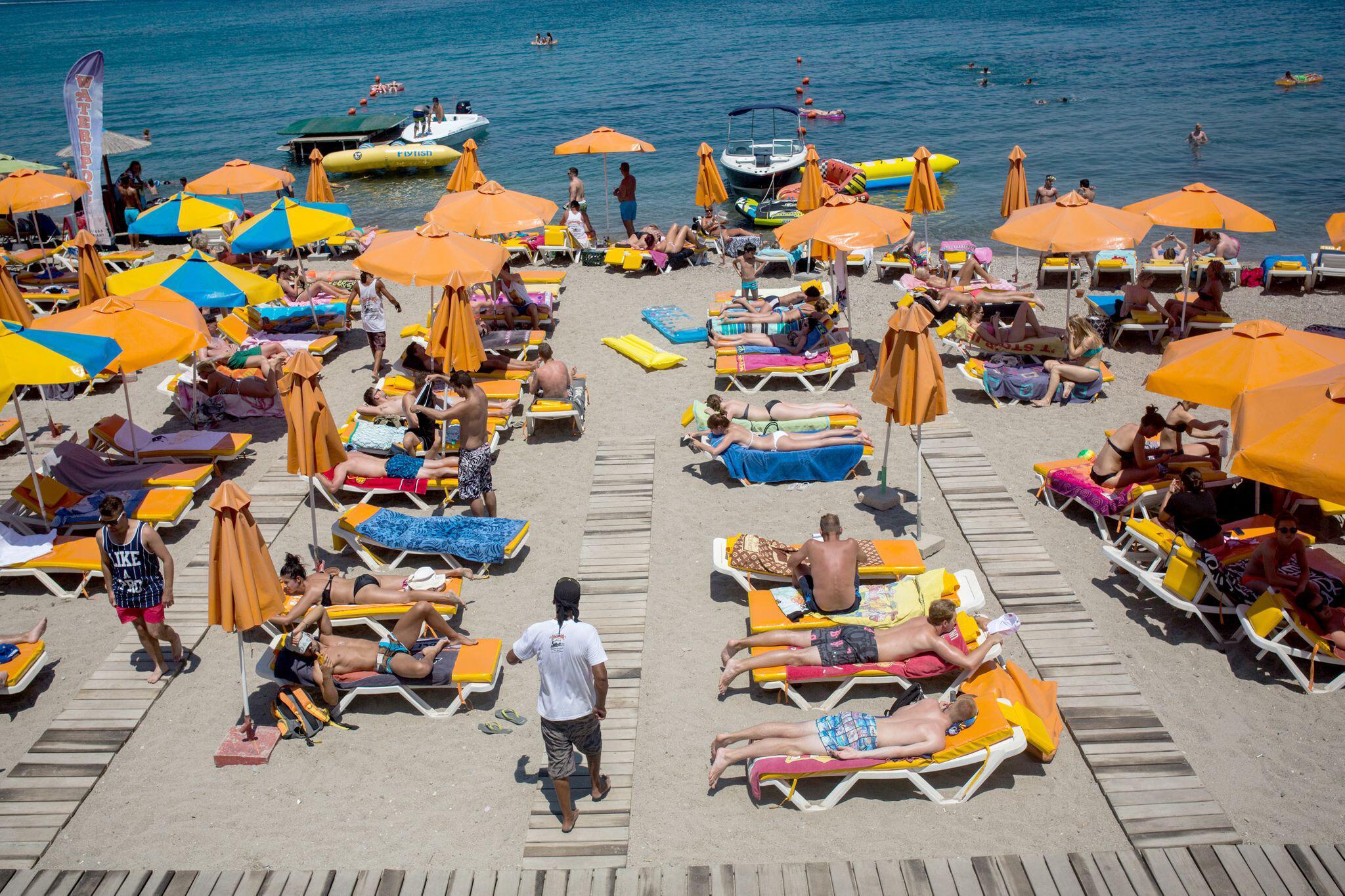 Bild zu Touristen am Strand am Mittelmeer