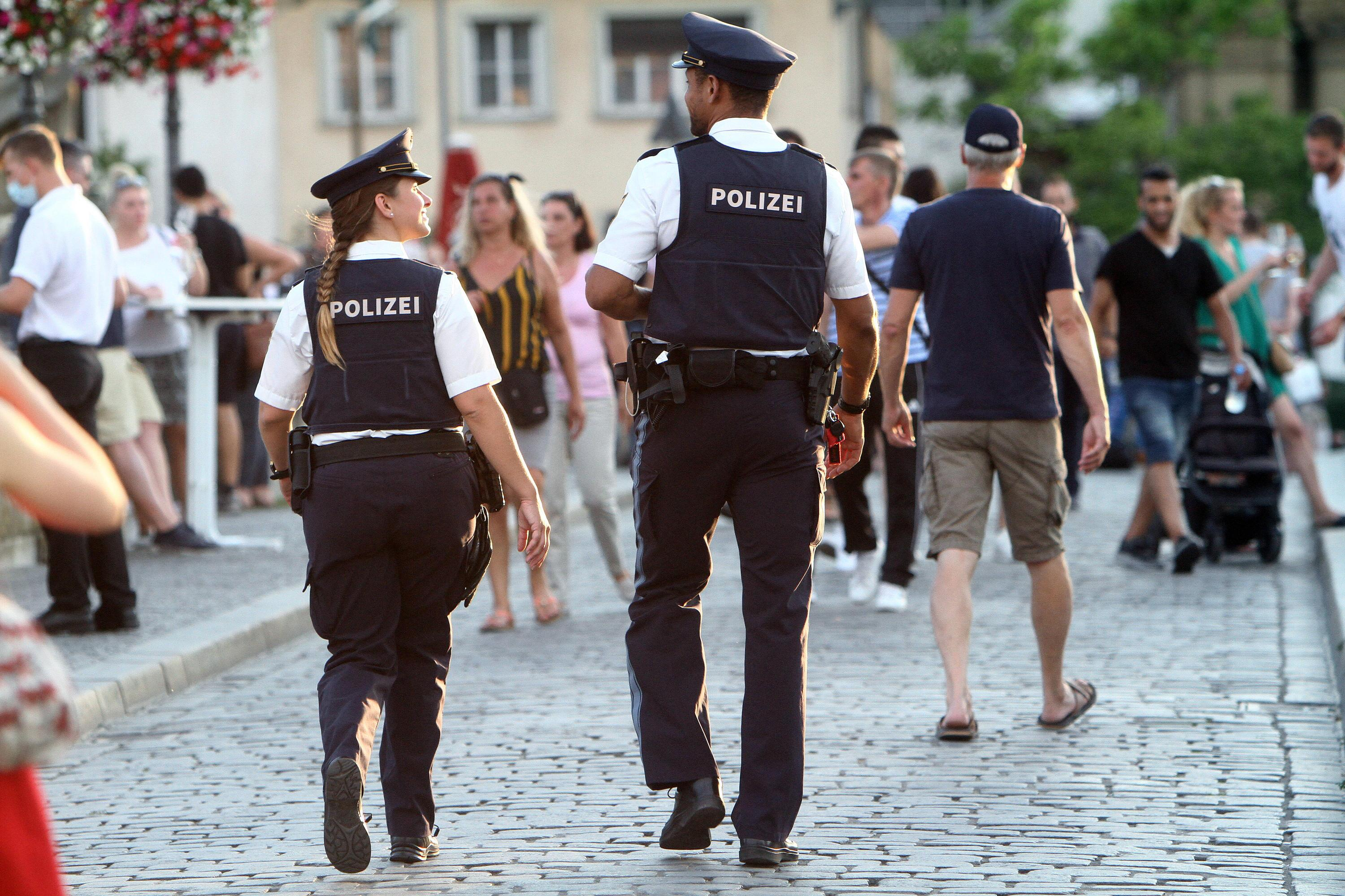 Bild zu Polizisten