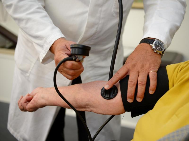 Bild zu Blutdruckmessen in der Arztpraxis
