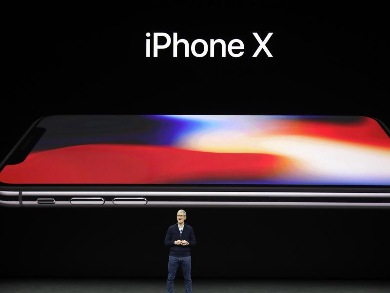 Bild zu Cook präsentiert iPhone X