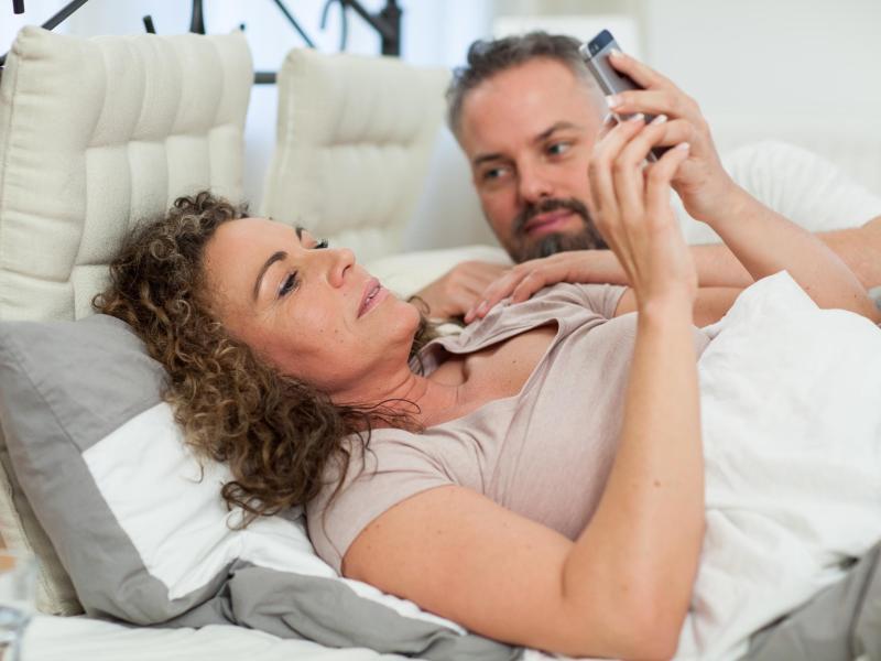 Bild zu Paar im Bett