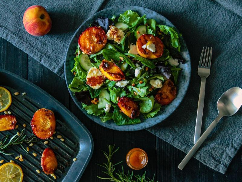 Bild zu Gegrillte Pfirsiche mit Ziegenkäse und Honig