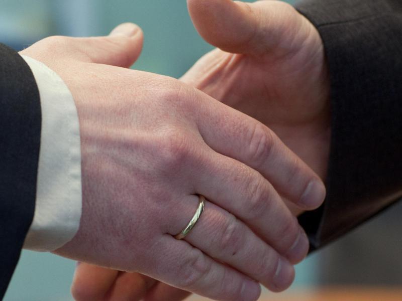 Bild zu Handschlag