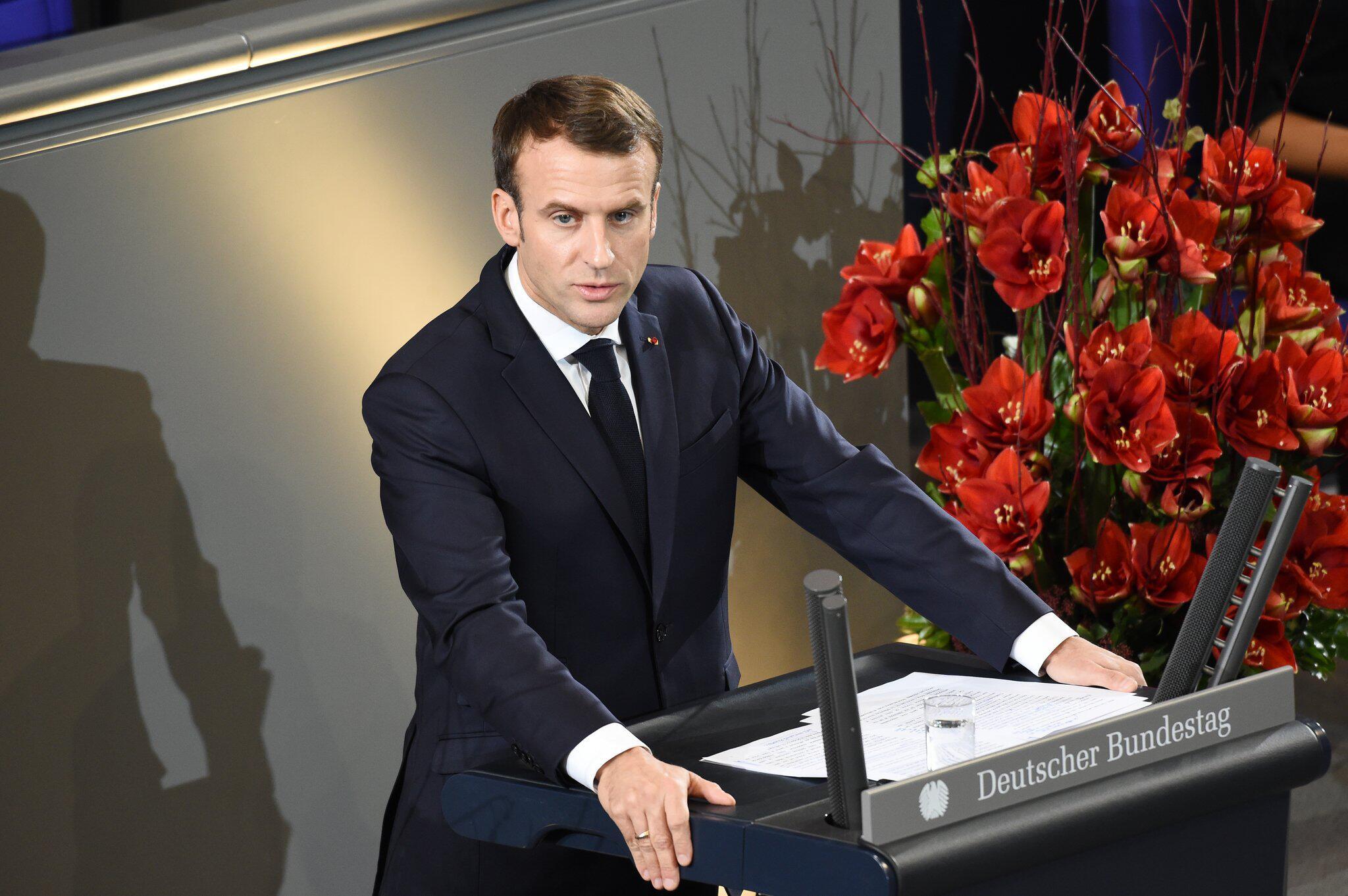 Bild zu Emmanuel Macron am Volkstrauertag in Berlin