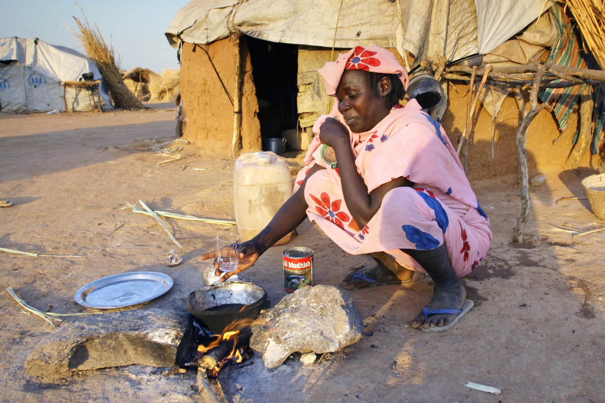 Bild zu Sudan - Eine Frau kocht
