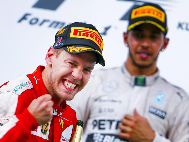 Bild zu Sebastian Vettel und Lewis Hamilton