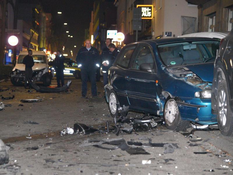 Bild zu Autoposer demoliert mehrere Fahrzeuge