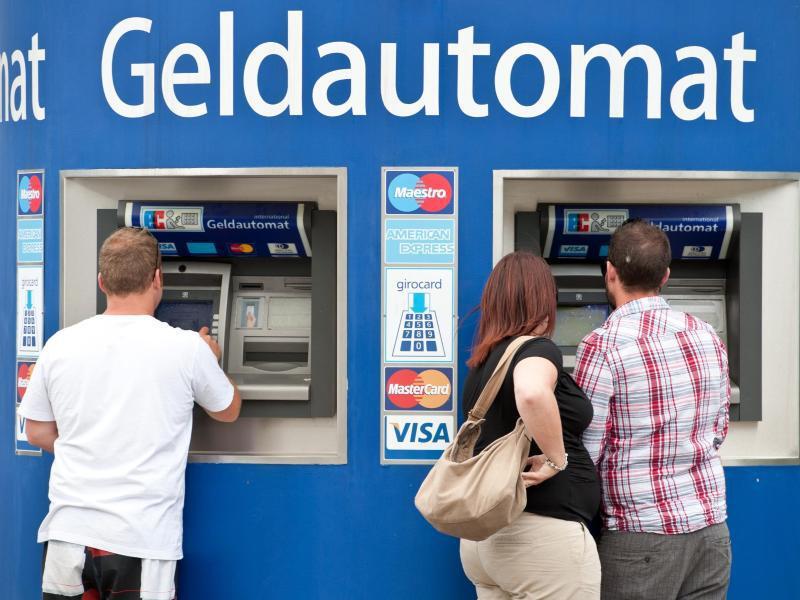 Bild zu Bankkunden am Geldautomaten