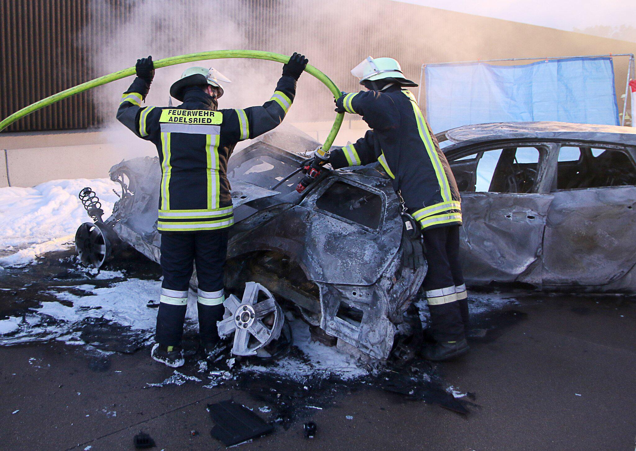 Bild zu A8: Vollsperrung und Löscharbeiten nach Unfall