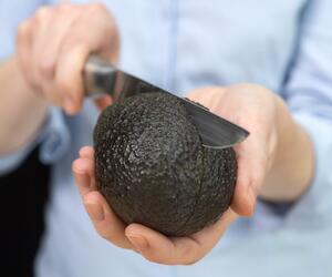 Avocado wird geschnitten