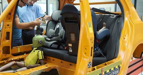 ADAC testet Kindersitze