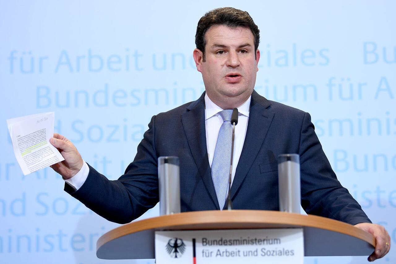Bild zu Hubertus Heil presenting pension concept
