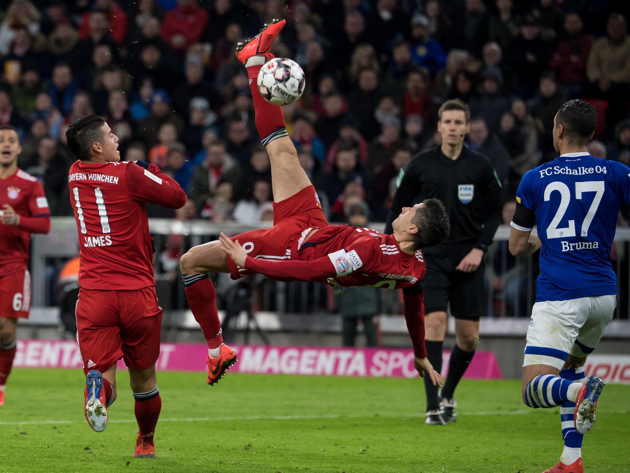 Bild zu Bayern München, FC Schalke 04, Robert Lewandowski, Fallrückzieher, James, Jeffrey Bruma