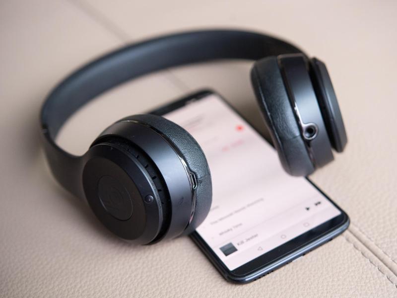 Bild zu Kopfhörer mit Smartphone
