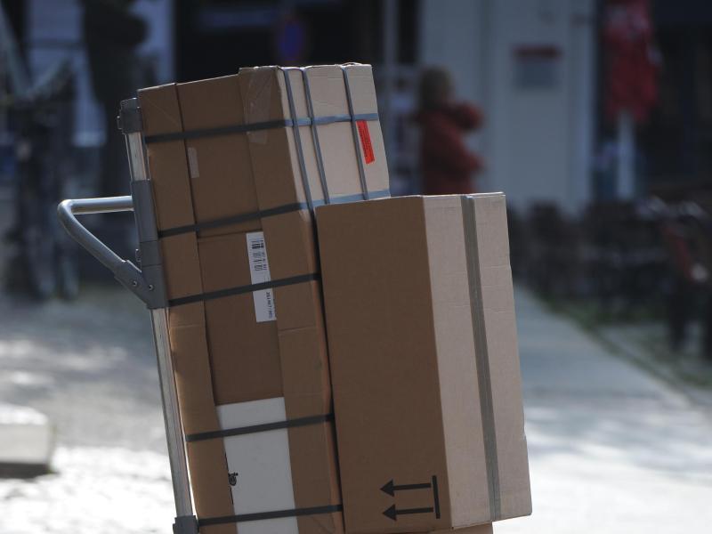 Bild zu Paketdienst mit Paketen