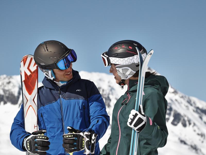 Bild zu Wintersportler mit Skiausrüstung