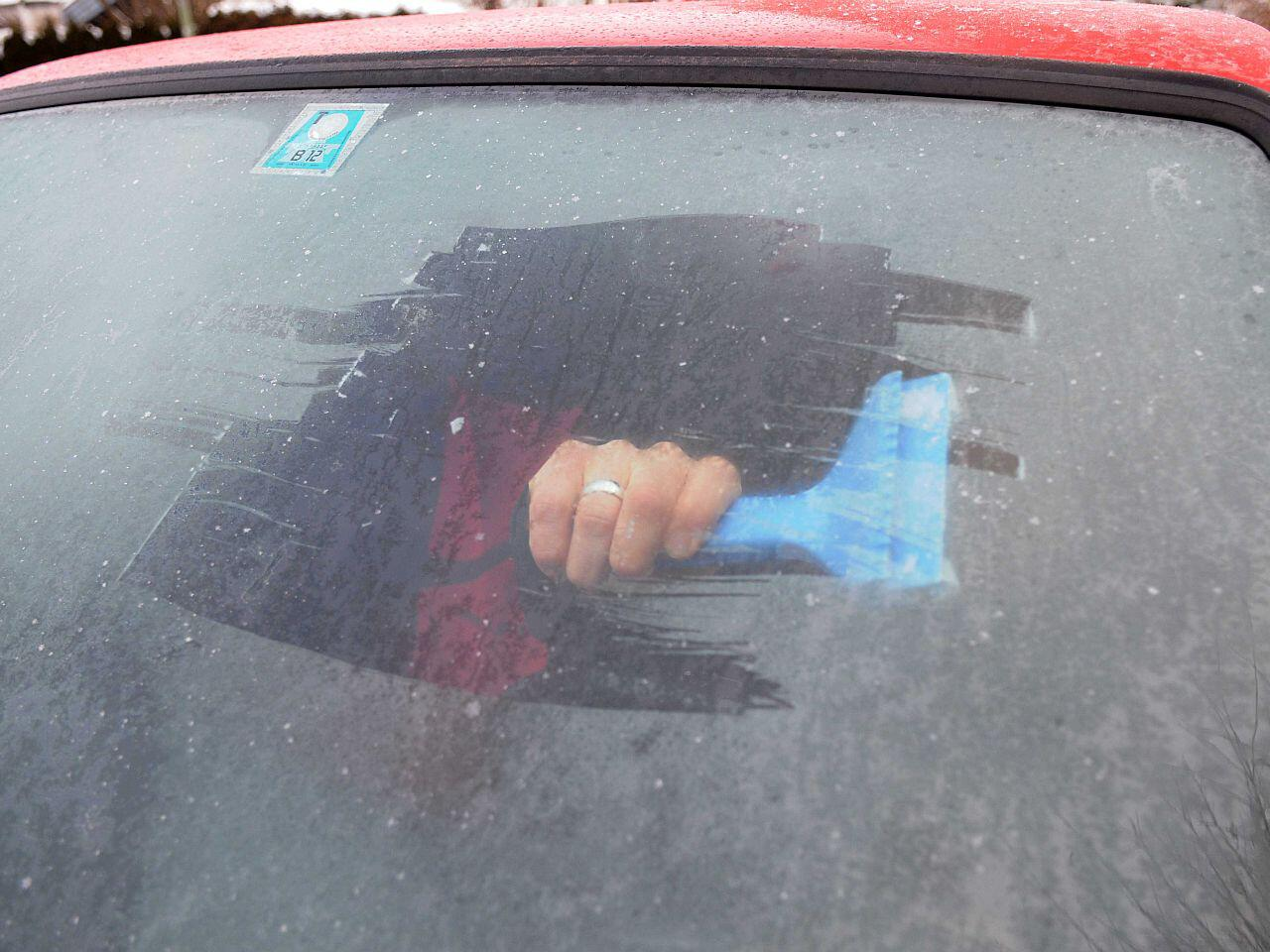 Bild zu Von innen gefrorene Autoscheiben