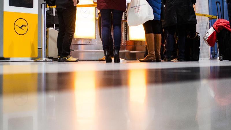 Fluggäste warten am Flughafen