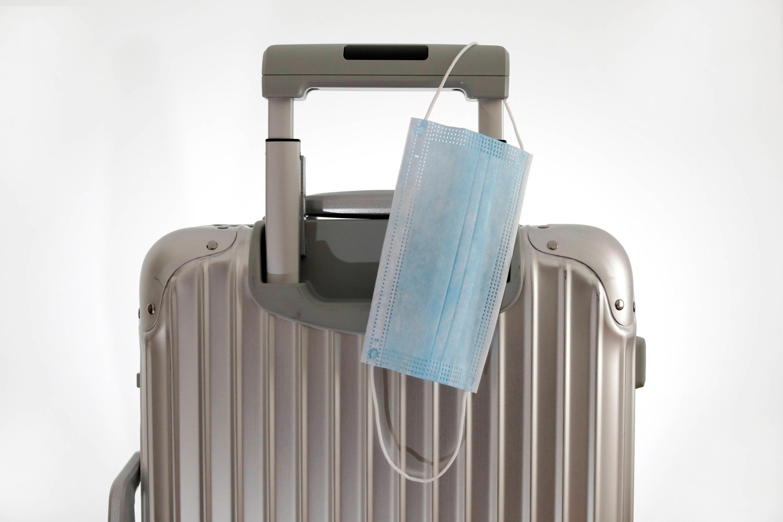 Bild zu Reisekoffer mit Mundschutzmaske