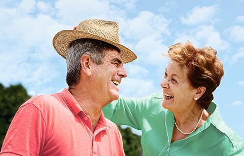 Bild zu Älteres Paar strahlt sich an
