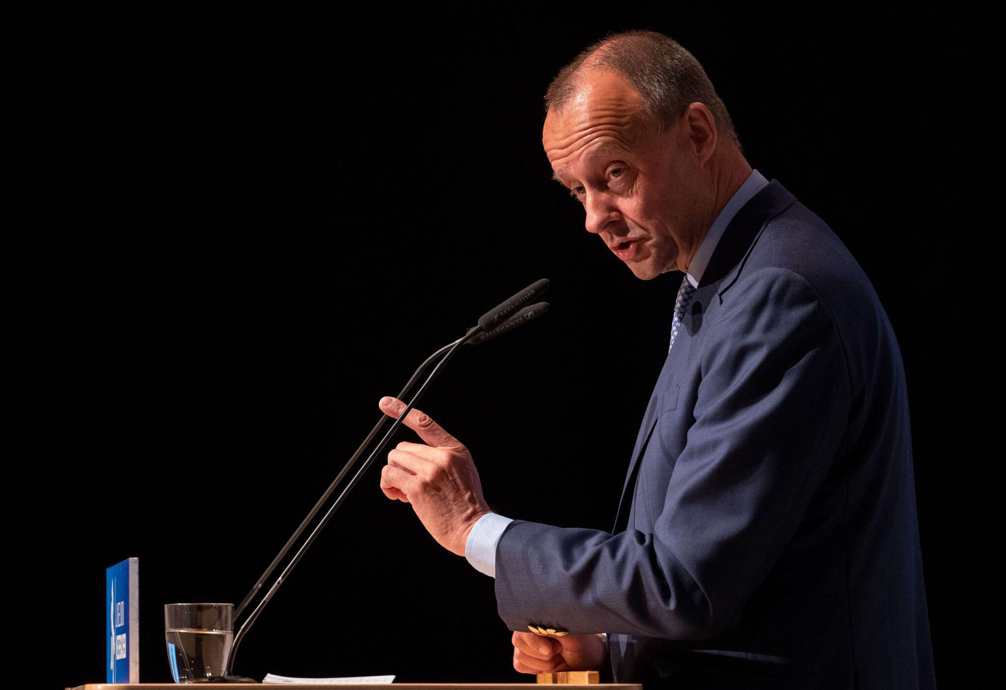 Bild zu Friedrich Merz, CDU, spricht während des Niedersachsentages der Jungen Union in Hildesheim.