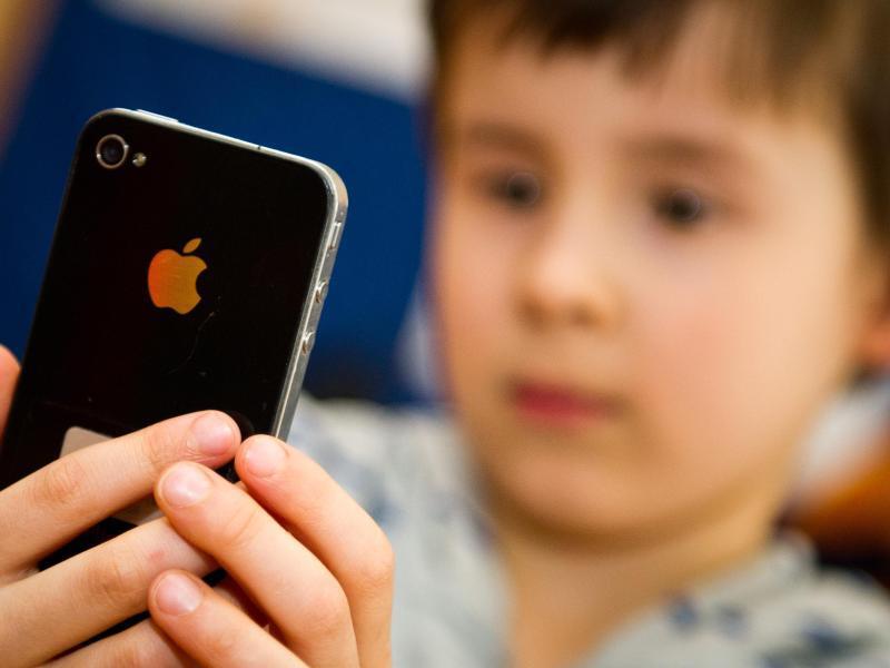 Bild zu Kind mit iPhone