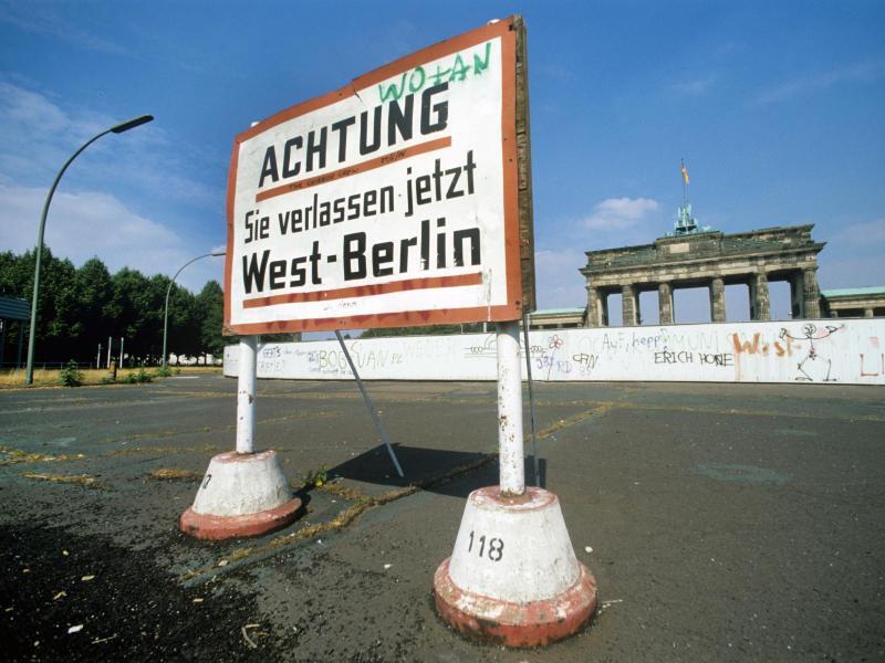 Bild zu Mauer am Brandenburger Tor im Juli 1986