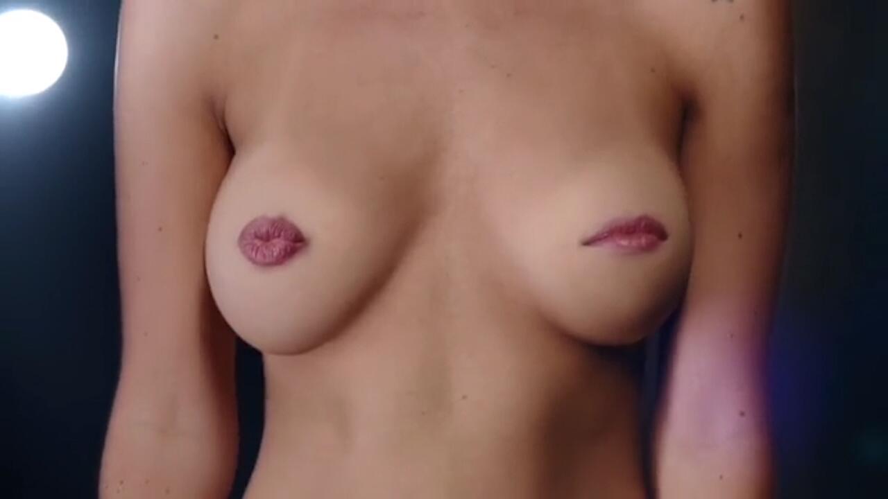 Bild zu Anti-Brustkrebsorganisation wirbt mit singenden Brüsten