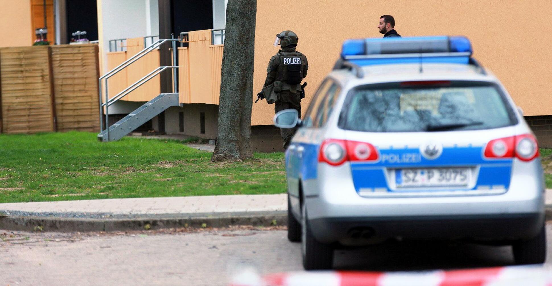 Bild zu Police storm apartment in Salzgitter