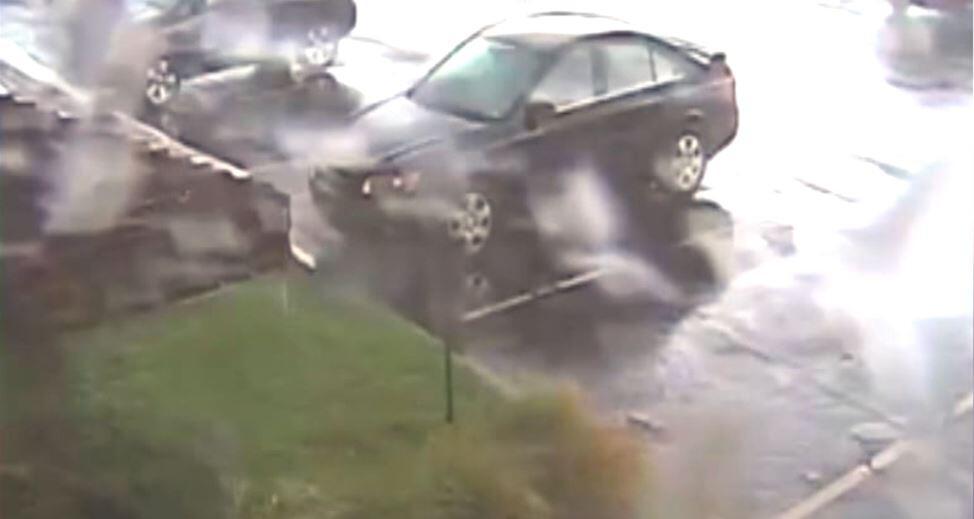 Bild zu Tornado lässt Auto abheben