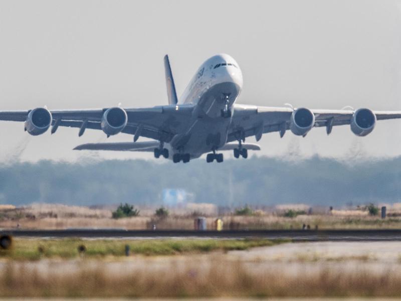 Bild zu Flugzeug startet
