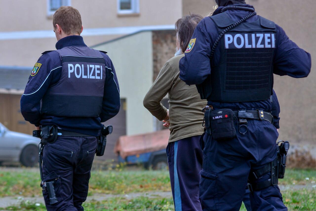 Bild zu Chemikalien bei Durchsuchung in Magdeburg gefunden